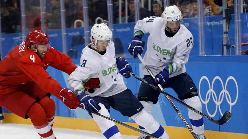 Žiga Jeglič s slovenskim kolegom Rokom Tičarjem in ruskim hokejistom Vladislavom Gavrikovim na tekmi na zimskih olimpijskih igrah v Pjongčangu.