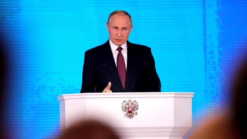 """""""O novo míssil tem voo de cruzeiro baixo […], caminho de voo imprevisível e pode ignorar as linhas de intercessão, além de ser invencível contra os sistemas de defesa antimíssil e antiaéreo"""", afirmou Putin."""