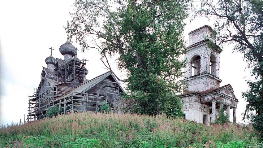 Paltoga. Iglesia de la Epifanía (izquierda) e Iglesia del Icono del Signo. Vista noroeste. 28 de agosto de 2006.