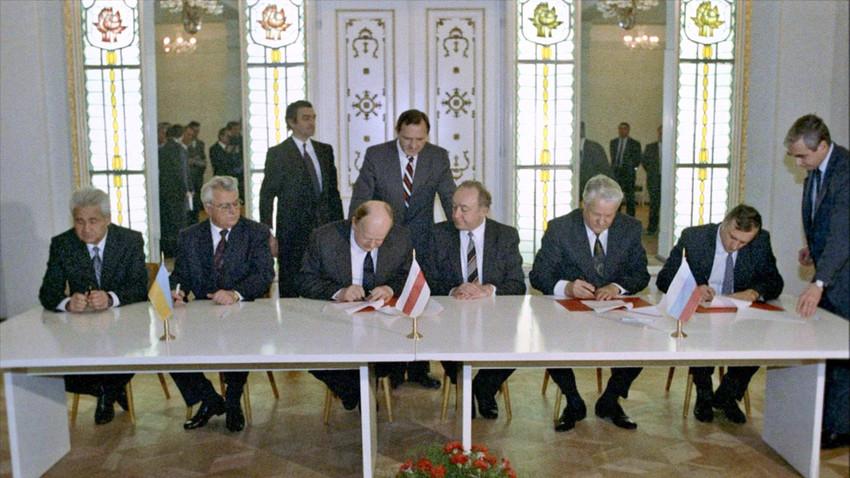 Delegati Ukrajine, Rusije in Belorusije ob podpisovanju sporazuma.