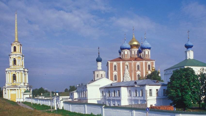 Kremlin de Riazán, vista sur. Fondo: Campanario de la catedral, Catedral de la Dormición. Primer plano: Muro del Monasterio de la Transfiguración con Puerta Oeste e Iglesia de San Juan, Catedral de la Transfiguración (derecha). 28 de agosto de 2005.