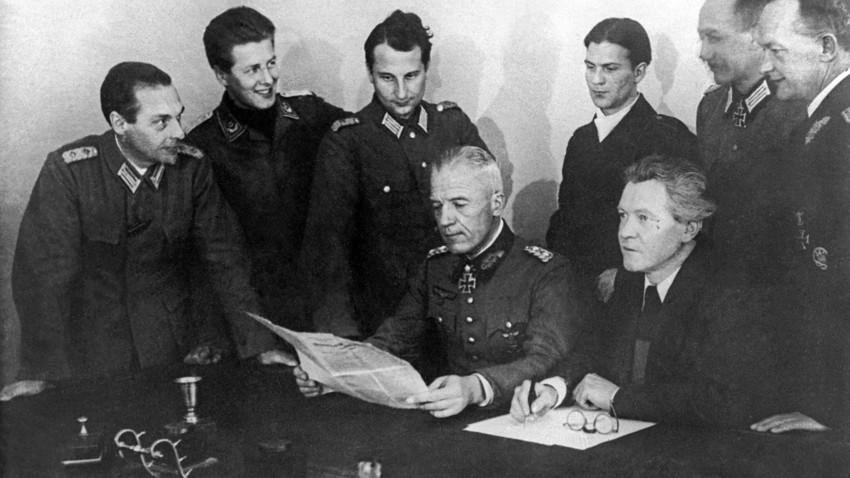 Der Schriftsteller und Vorsitzende des Nationalkommitees für ein Freies Deutschland, Erich Weinert (r.) und der Vorsitzende der Liga deutscher Offiziere und frühere Wehrmachtsgeneral Walther von Seydlitz-Kurzbach (l.) erörtern im Moskauer Umland einen Zusammenschluss beider Organisationen.