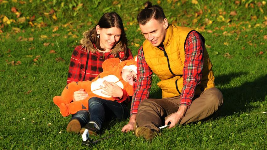 Со текот на годините сѐ повеќе и повеќе парови и семејства ја поддржуваат идејата за еднаква поделба на обврските.