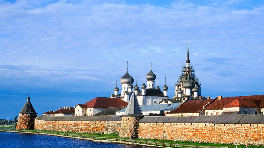 Monasterio Solovetski. Muro Este con Torre del Arcángel (izquierda) y Catedral de la Transfiguración. 26 de julio de 1998.