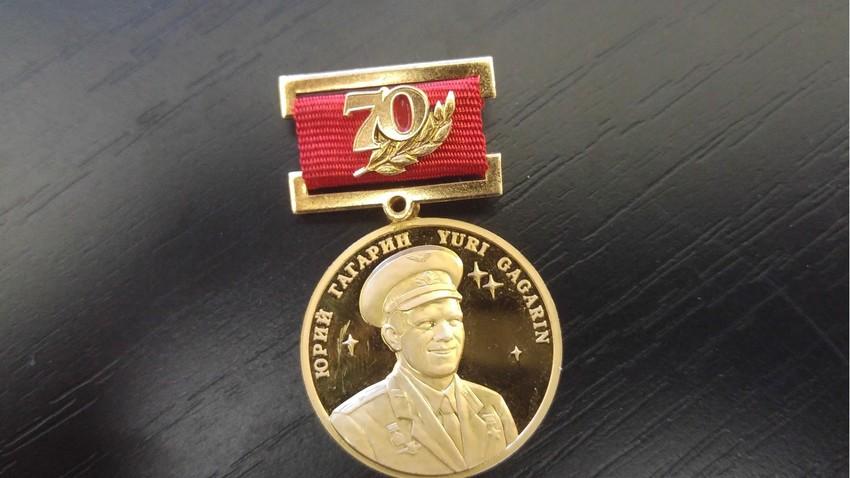 Spominska medalja v čast 70-letnici Jurija Gagarina. Podpredsednik Akademije za kozmonavtiko Ciolkovskega jo je v Ljubljani podelil umetniku Draganu Živadinovu.
