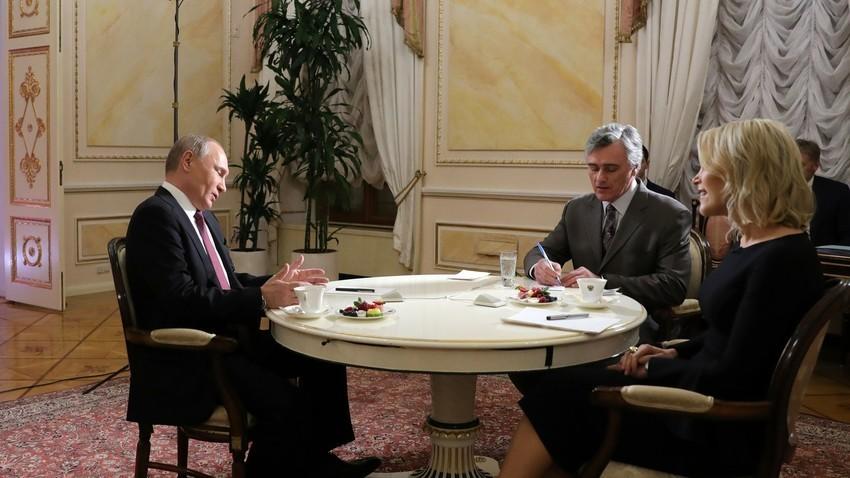 Presiden Rusia Vladimir Putin selama sesi wawancara dengan jurnalis NBC Megyn Kelly di Kremlin.