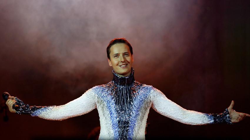 Il cantante russo Vitas si esibisce durante un concerto, nella terza tappa del suo tour in Cina, il 19 giugno 2007, a Chongqing