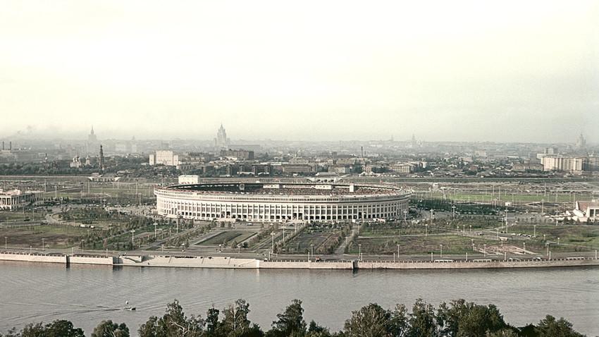 El Luzhniki en 1956, y como es hoy en día.