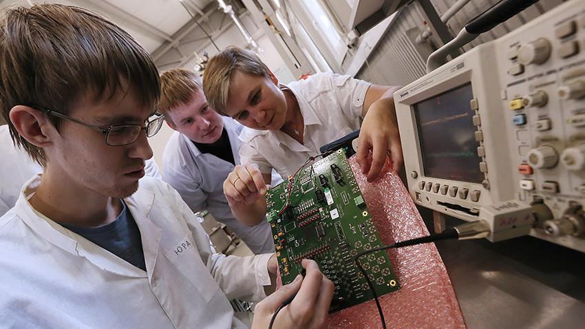 """Znanstvenici na Nacionalnom istraživačkom nuklearnom sveučilištu """"MIFI"""" u Moskvi."""
