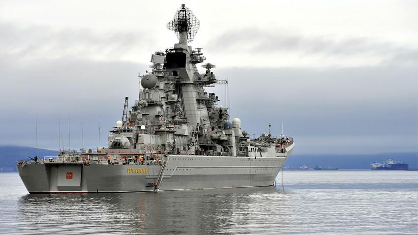 """Рускиот крстосувач """"Петар Велики"""" впловува во Санкт Петербург заради учество во парадата на бродовите посветена на Денот на Воената морнарица на Русија."""