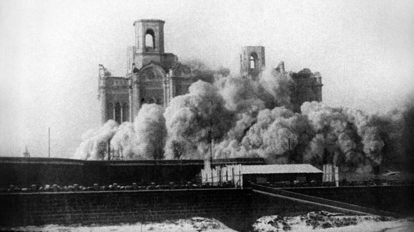 Gereja Ortodoks Rusia selamat dari serangan Bolshevik di Korea. Gambar di atas merupakan penghancuran Katedral Kristus Juru Selamat di Moskow, 1931.