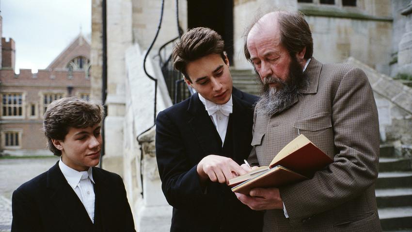 Soljenítsin (dir.) dá autógrafos a estudantes próximo à Capela da Eton College, no Reino Unido, em maio de 1983.