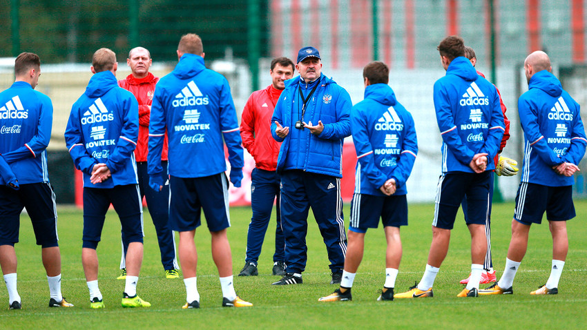 Coach Stanislav Cherchesov and the national team in training