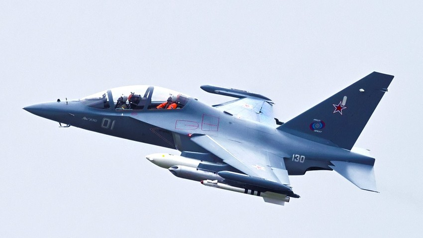 Школско-борбени авиона Јак-130