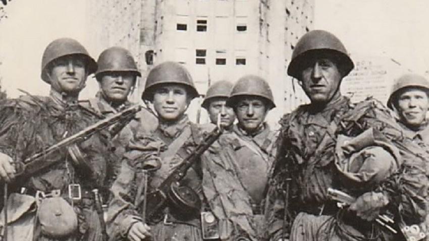 Припадници Црвене армије у тек ослобођеном Београду, 20. октобра 1944. на Теразијама испред Палате Албанија.