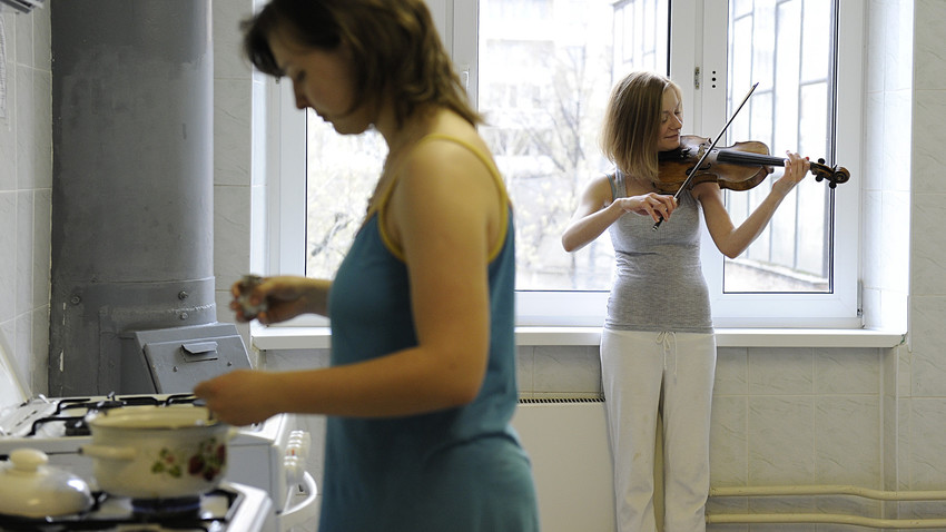 Estudante do Conservatório Tchaikovsky de Moscou se prepara para a aula na cozinha do alojamento.