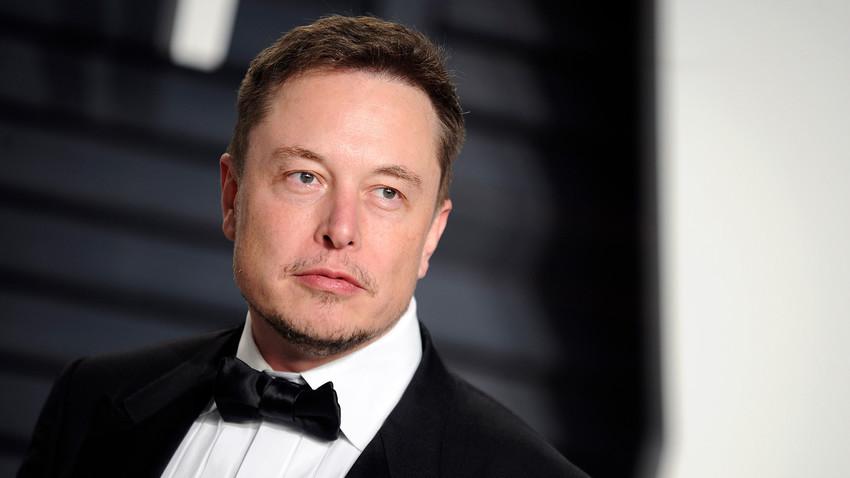 Elon Musk (lahir pada 1971) adalah seorang pengusaha Amerika yang sedang dibahas di seluruh dunia, tidak terkecuali Rusia
