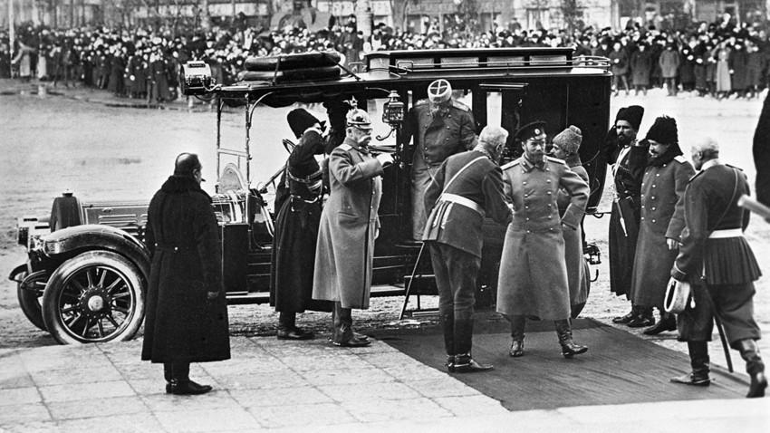 Tsar Nikolay II (tengah) tiba di Sankt Peterburg untuk menghadiri peringatan hari jadi Dinasti Romanov ke-300, 1913.
