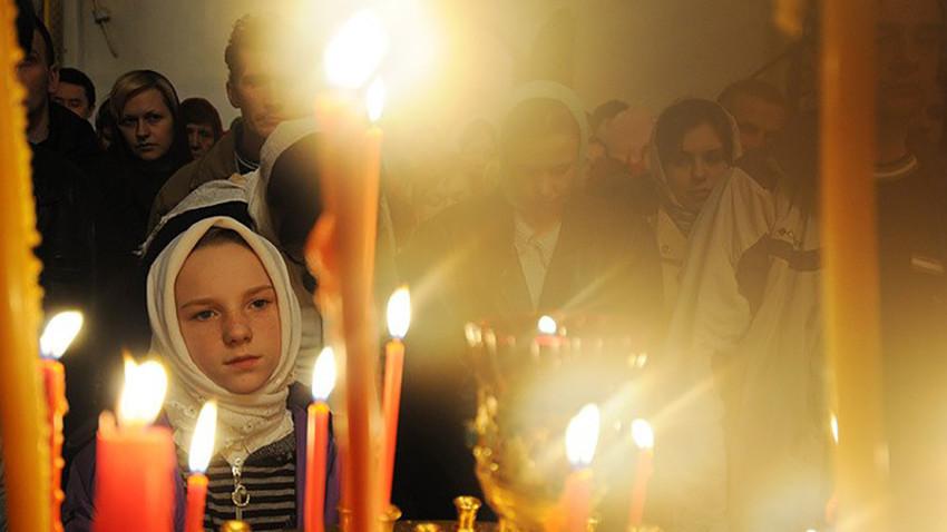 Para jemaat menghadiri Kebaktian Malam Paskah di Biara Khutynskiy Spaso-Preobrazhenskiy Varlaamiyev.