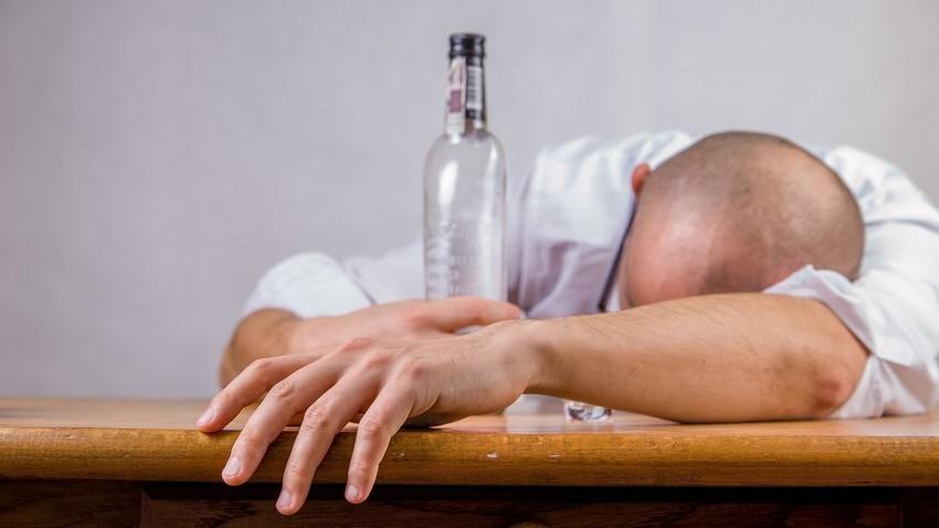 Mengonsumsi alkohol secara berlebihan tak baik untuk kesehatan.