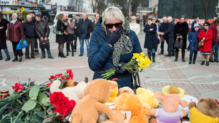 A woman crying in a meeting commemorating the victims of the Kemerovo tragedy. There were more than 30 such meetings across Russia