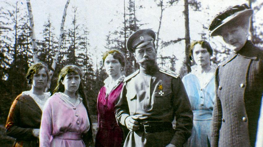 Tsar Nikolay II dengan putri-putrinya: Maria, Anastasia, Olga, dan Tatiana.