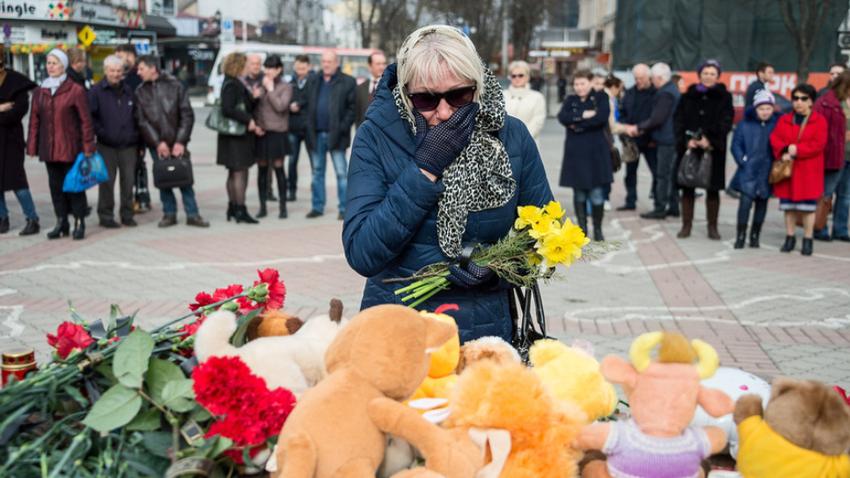 Ženska joče na srečanju v spomin na žrtve tragedije v Kemerovu. Po vsej Rusiji je bilo več kot 30 takšnih prireditev.