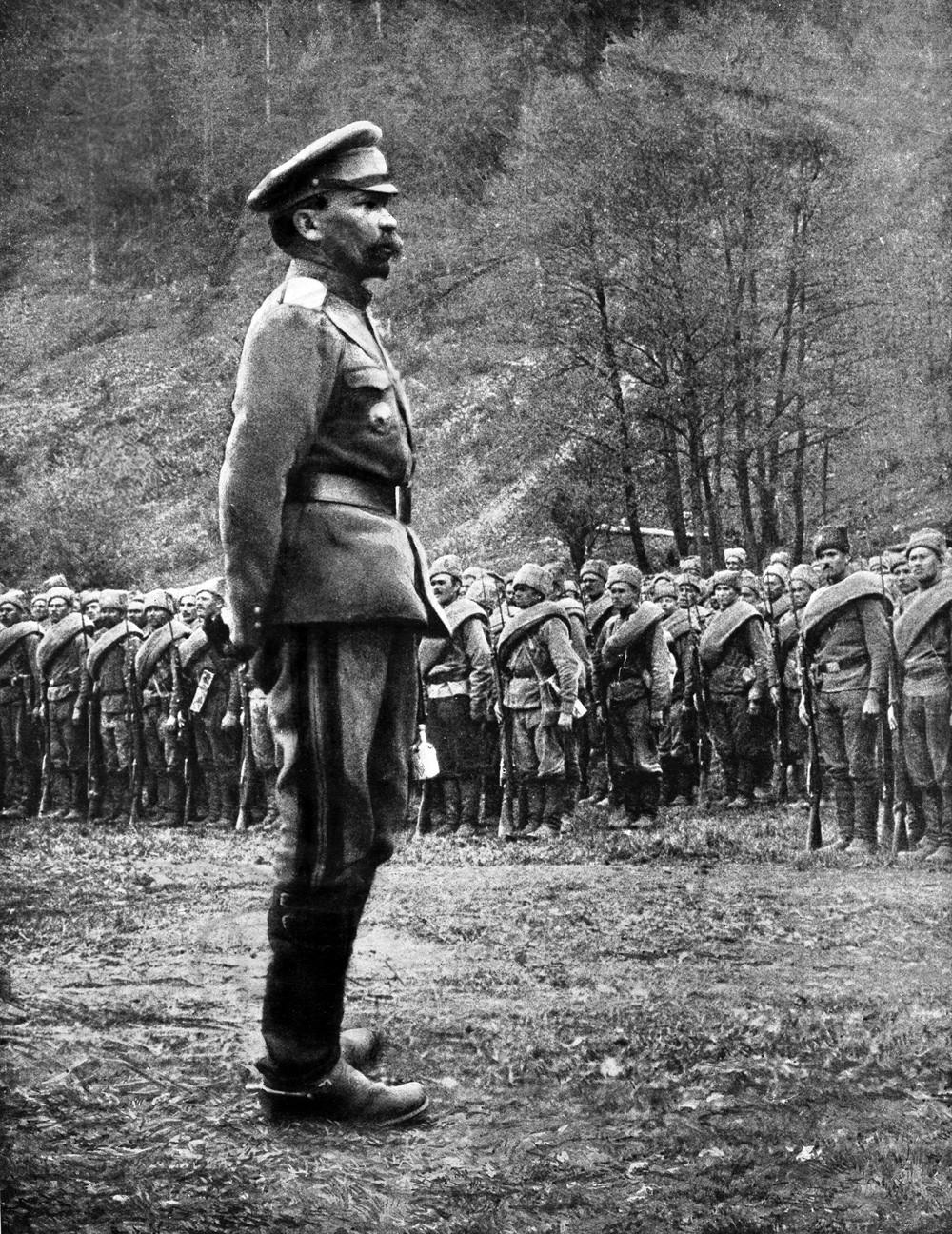 Jenderal Kornilov menginspeksi pasukan Rusia, 1 Juli 1917.