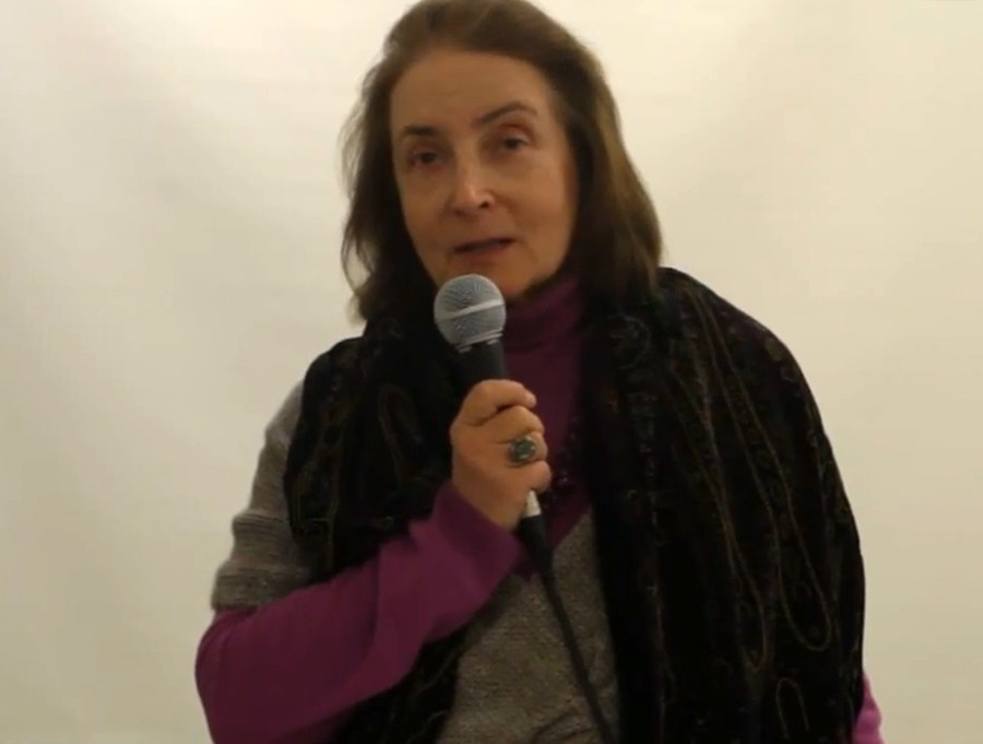 Natalya Malakhovskaya, salah satu pembangkang feminis utama periode Soviet, berbicara di depan khalayak.