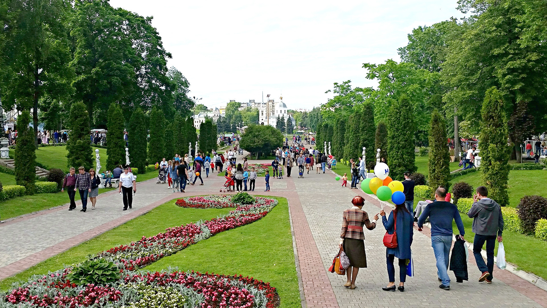 Twer: Der Stadtpark verbindet Schauspielhaus und Philharmonie mit der Wolga, Puschkin und dem ausgefallenen Kino