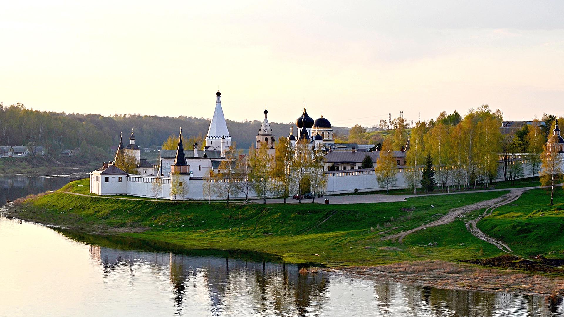 Stariza: Direkt am Wolgabogen liegt hier das beeindruckende Mariä-Himmelfahrts-Kloster.