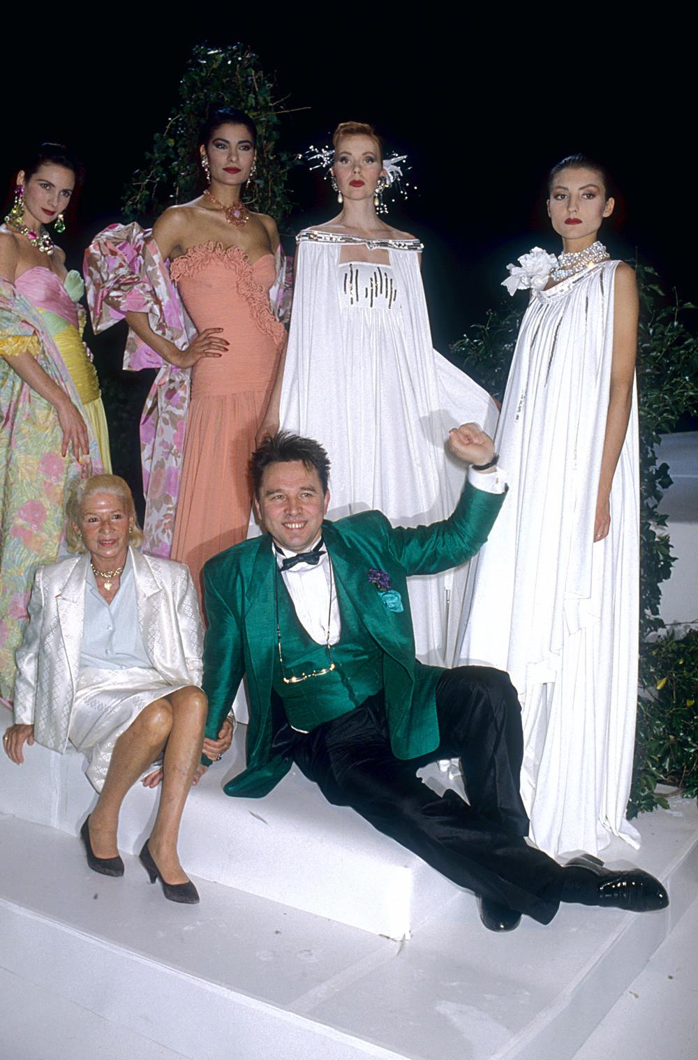 Slava Zaïtsev et la designer de mode française Carmen de Tommaso accompagnés de mannequins portant ses robes haute couture (Défilé Printemps-Été 1988 à Paris).