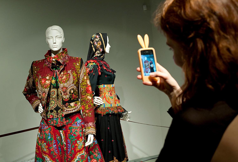 Visiteur à l'exposition « Un demi-siècle de mode » par Slava Zaïtsev, au Musée d'Art Contemporain Erarta, à Saint-Pétersbourg.