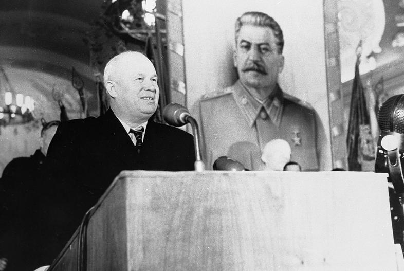 Nikita Khrushchev ima nagovor na shodu.