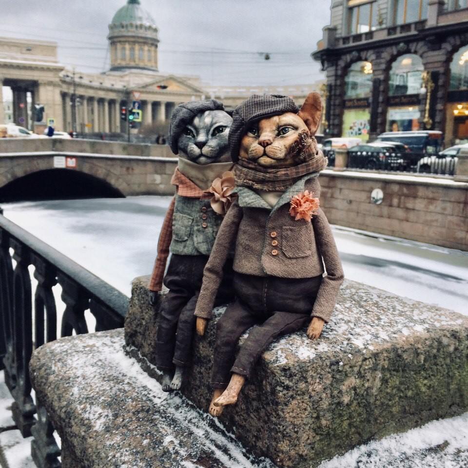 Jelena Alechina ist Designerin und lebt in Sankt Petersburg. Sie kreiert diese nahezu realistisch erscheinenden Hündchen und Kätzchen aus Pappmaché und bedruckten Stoffen.