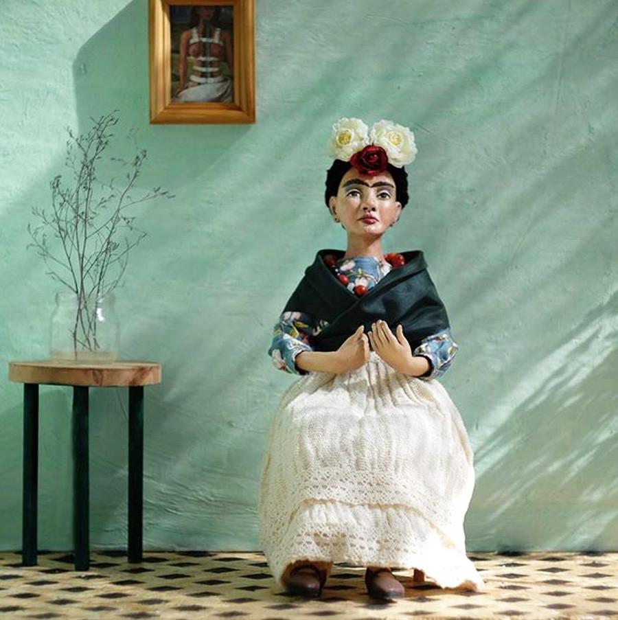 Ihre ersten Puppenarbeiten wahren kleine Ganzkörperporträts von Salvador Dali und Frida Kahlo. Seit einem Jahr nun spezialisiert sie sich auf niedliche Hunde und Katzen in typisch russischen Kostümchen.