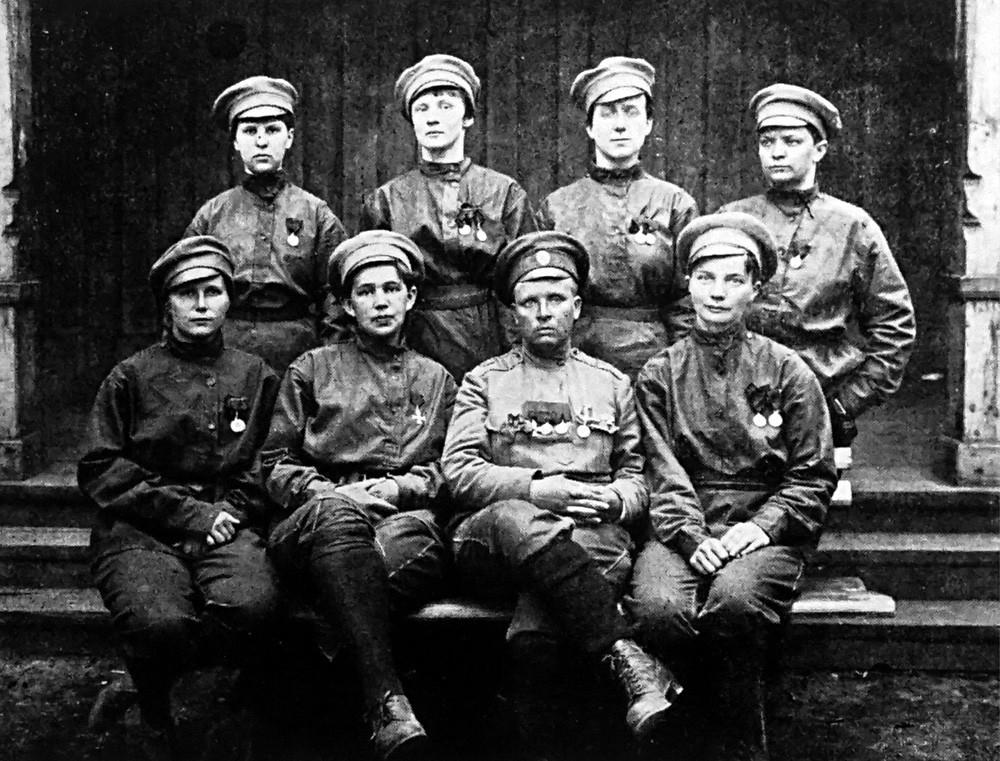 Maria Botchkareva com suas soldadas.