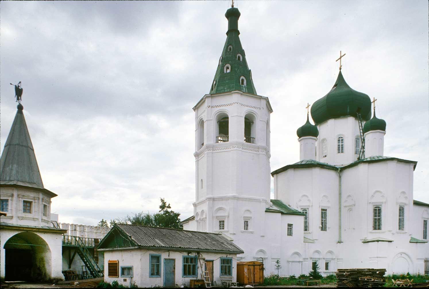 Monasterio de la Trinidad. De izquierda a derecha: Iglesia de los Santos Pedro y Pablo, campanario, portón sur y muro, Catedral de la Trinidad. Vista sureste. 29 de agosto de 1999.