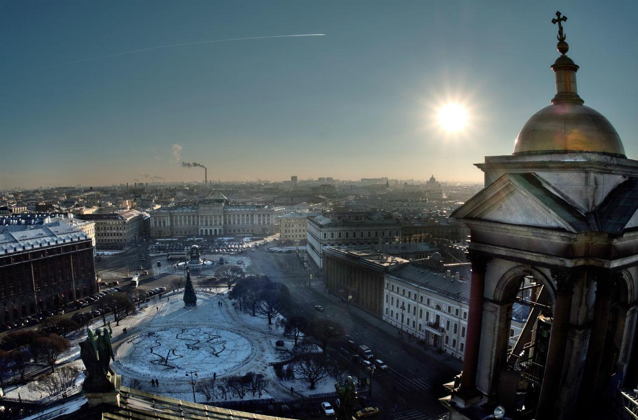Pemandangan dari barisan tiang Katedral Isaakievskiy yang mengarah ke Istana Mariinsky (Majelis Legislatif) di Sankt Peterburg.