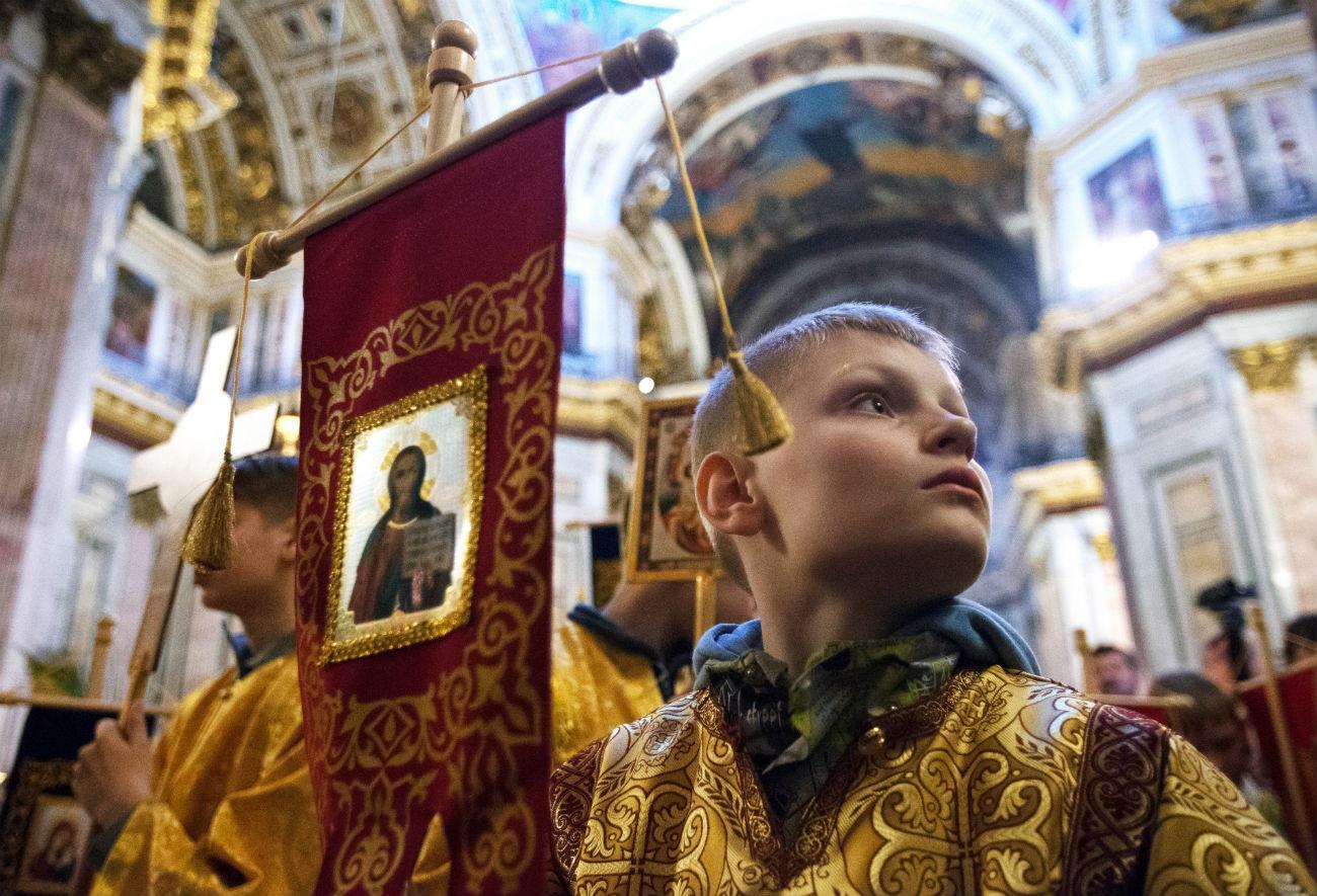 Seorang anak laki-laki saat Liturgi Suci untuk anak-anak di Katedral Isaakievskiy.