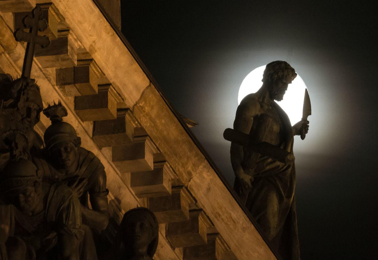 Patung-patung katedral di bawah sinar bulan.