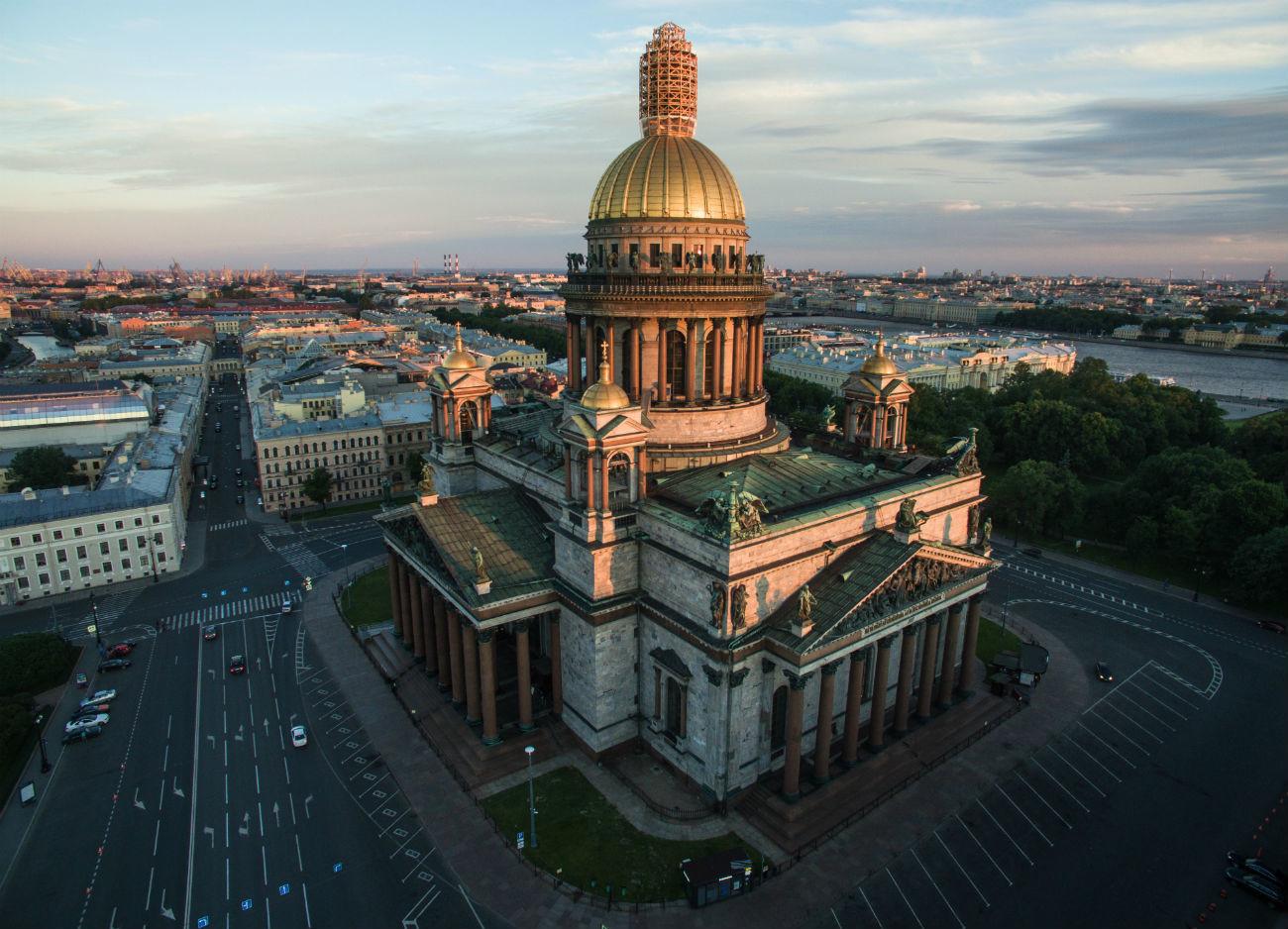 """Dalam 160 tahun terakhir, katedral ini dipuja oleh penyair dan penulis, yang terutama mengagumi ukurannya yang sangat besar. Penyair Fyodor Tyutchev menulis, """"Saya berdiri di dekat Neva, pandangan saya, tertuju pada raksasa Katedral Isaakievskiy. Kubah emasnya berkilau, menembus kabut-kabut dingin."""""""