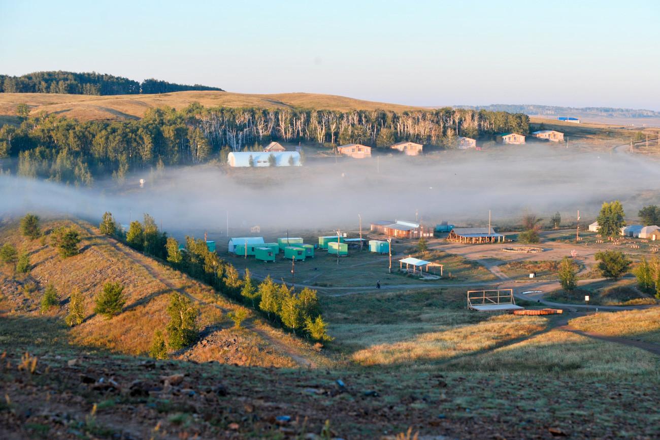 Kabut sore di atas kamp wisata di situs bersejarah dan cagar budaya Arkaim.