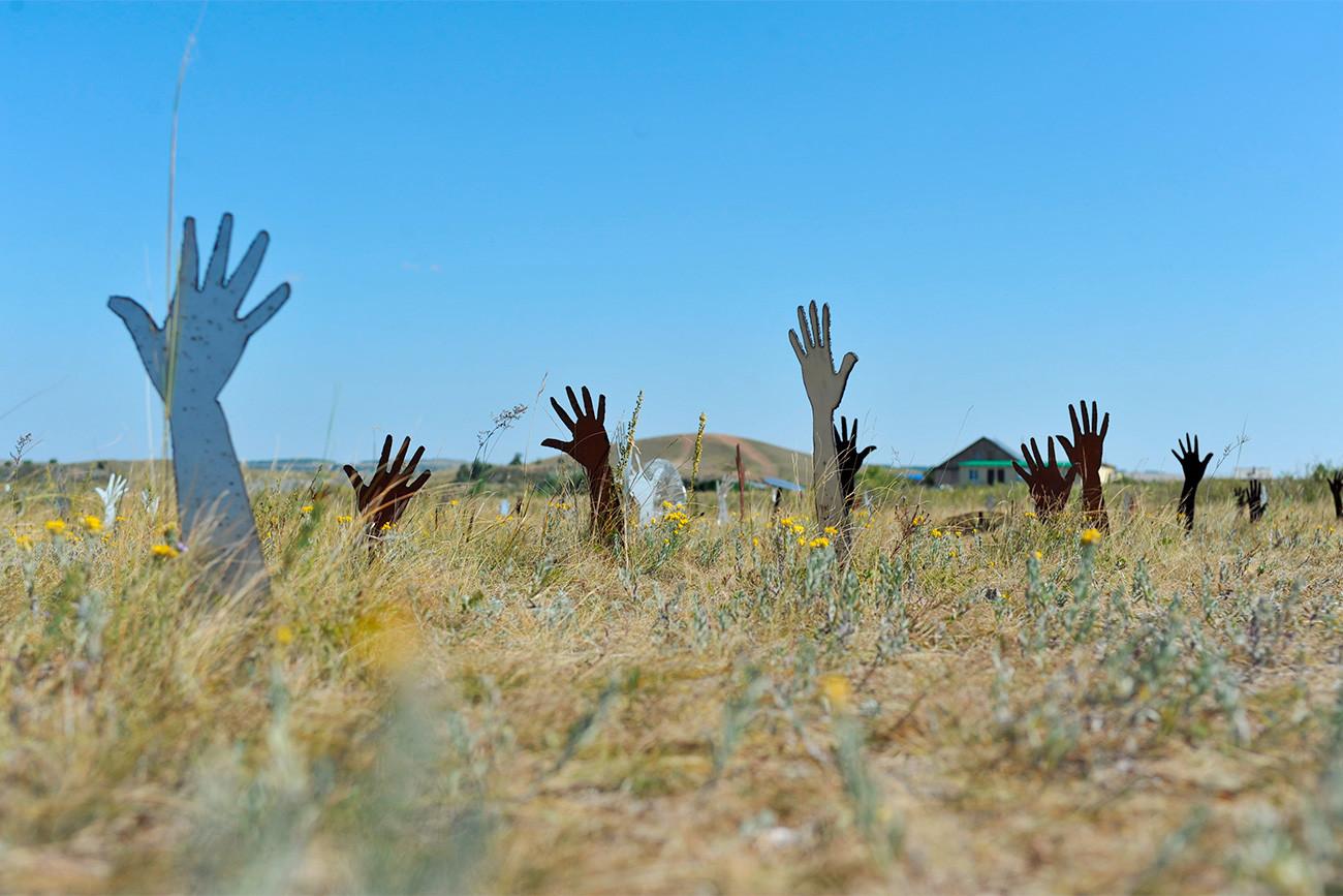 Pemasangan instalasi seni Field of Wonders oleh seniman Jean-Erik Kullberg di cagar budaya dan sejarah Arkaim.