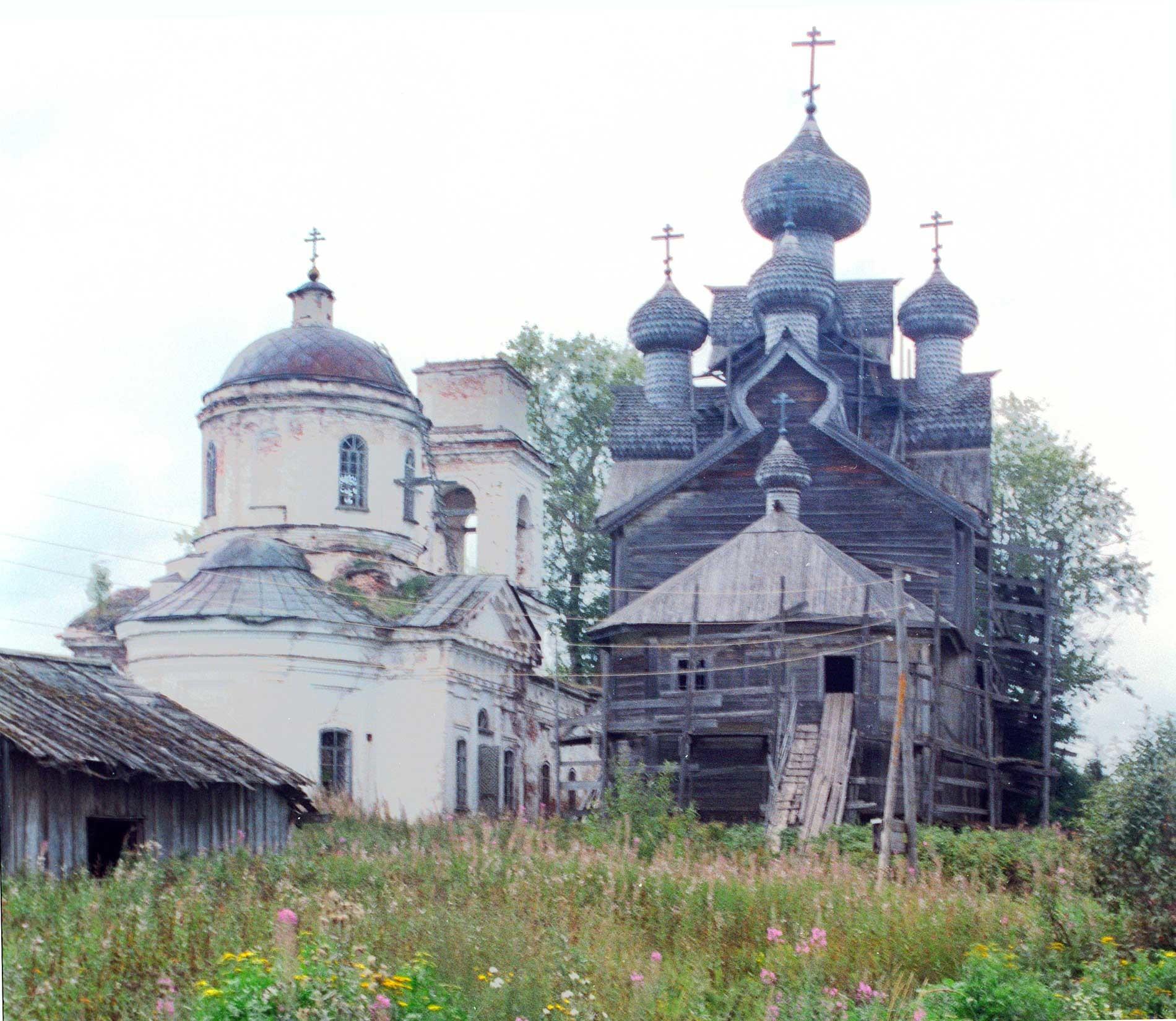 Iglesia de Icono del Signo (izquierda) e Iglesia de la Epifanía. Vista este. 28 de agosto de 2006.