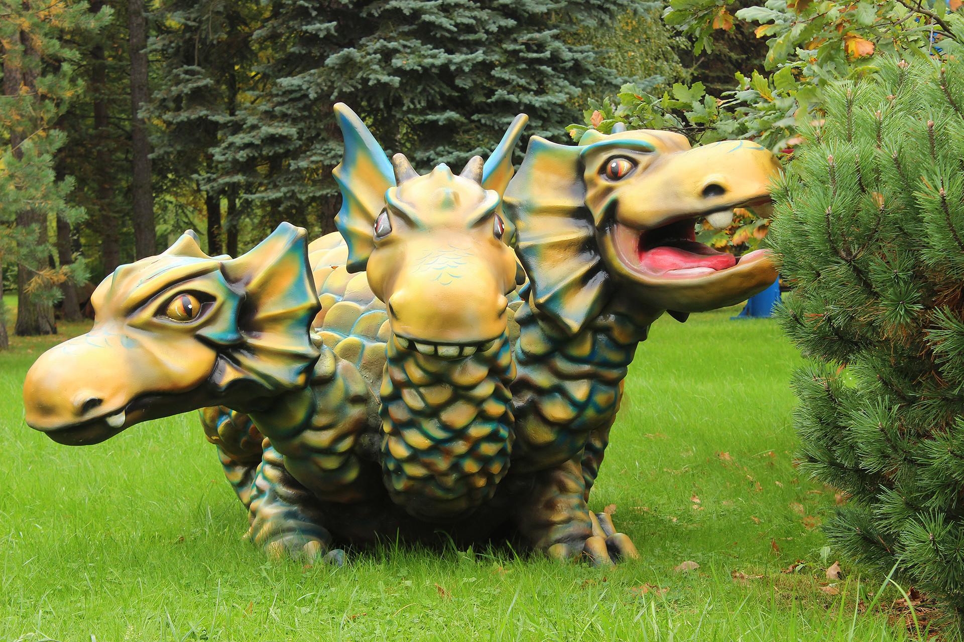 Patung Zmey Gorynych di taman Divo-Ostro, Sankt Peterburg.