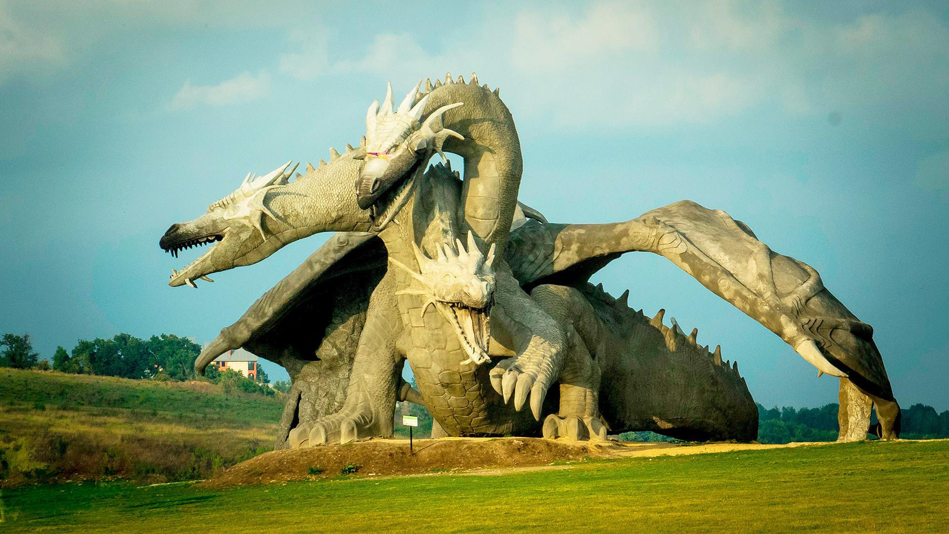 Patung raksasa Zmey di Oblast Lipetskaya.