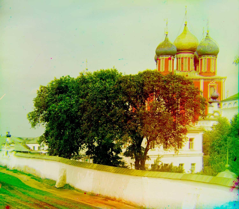 Kremlin de Riazán. Fondo: Catedral de la Dormición. Primer plano: Muro del Monasterio de la Transfiguración, Catedral de la Transfiguración (derecha). Verano de 1912.