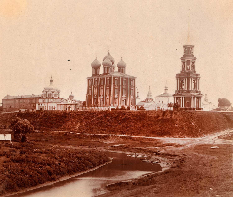 Kremlin de Riazán, vista noroeste. Desde la izquierda: Palacio Arzobispal, Catedral de la Natividad de Cristo, Catedral de la Dormición, Iglesia de la Epifanía, campanario de la Catedral de la Transfiguración. Verano de 1912.