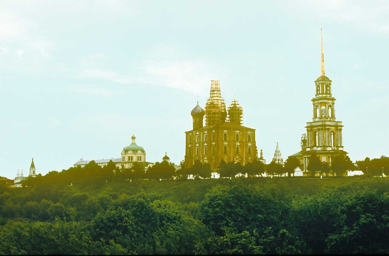 Kremlin de Riazán, vista noroeste. De izquierda a derecha: Iglesia del Espíritu Santo, Palacio Arzobispal, Catedral de la Natividad de Cristo, Catedral del Arcángel, Catedral de la Dormición, Iglesia de la Epifanía, Catedral de la Transfiguración, campanario. 13 de mayo de 1984.